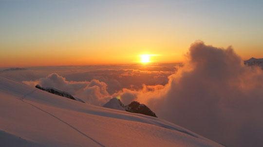 Mais quand même.... il y a des créneaux : la trace du tour de la Meije à la sortie du Serret du Savon, sur le haut du glacier du Tabuchet, ce dimanche 5 mai (vu du refuge de l'Aigle, photo Serraz)