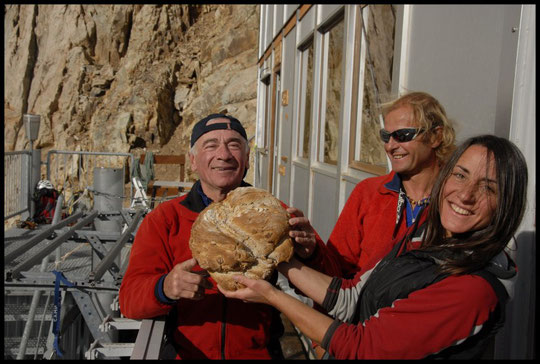 Le pain du Promontoire, avec Elie à qui on a offert la traversée de la Meije pour ses 70 ans, son guide Philippe André et Nathalie  la gardienne.