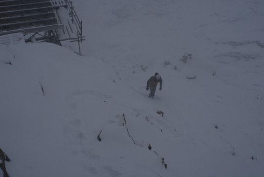 Ambiance un peu tourmentée ce matin : Nathalie est allée voir comment passe la barre rocheuse (verglacée sous la neige) pour faire descendre les enfants, tout à l'heure.