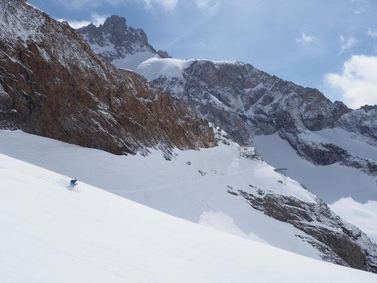 Non cette photo n'a pas été prise ce matin (le temps est tout bouché aujourd'hui). C'était il y a 3 jours l'équipe du refuge était sortie tester la neige entre la brèche de la Meije et la moraine. De bonnes conditions !