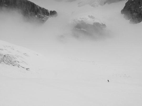 Juste de passage... .... avec humilité, dans ce monde grandiose et magnifique. Pentes, parois, séracs, nuages et neige, c'était ce matin lors d'une petite sortie de l'équipe du refuge, vers le bas du col du Pavé. Chouette petit voyage .