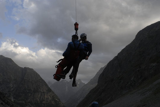 Hier soir en remontant vers le Chatelleret, Nathalie a déclenché une intervention du PGHM de Grenoble pour un alpiniste qui s'était déboité le genoux.