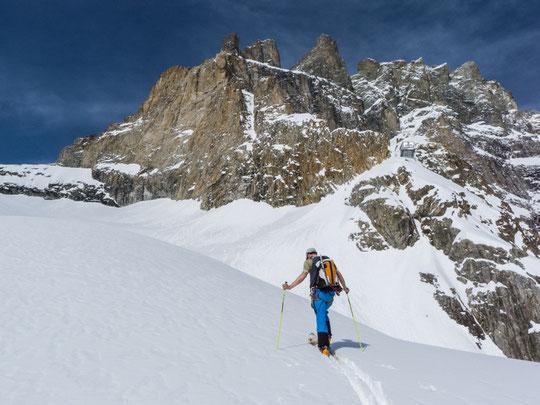 Vendredi dernier, sous le Promontoire, dans un Vallon des Etançons bien gavé de neige... (photo guides la Grave)