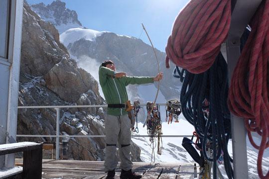 Un après midi d'août sur la terrasse du refuge: pendant que nos enfants jouent, les alpinistes font la sieste et le matériel sèche ! Mais à 3h dans la nuit quand les frontales scintillent sur la Meije, les enfants rêvent, sous les couettes du refuge...