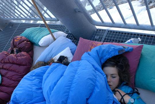 Avec cette journée d'été bien éphémère, les enfants ont réclamé à dormir dehors. Réveillés par le départ des cordées, ils ont essayé de compter les étoiles et les satellites... avant de replonger dans un bon sommeil matinal.