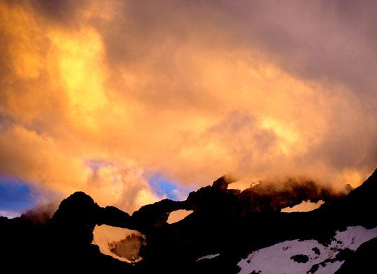 Tout ce mois dejuillet nous avons souvent été gaté par des nuages assez (ou trop) présents Mais le soir quand le soleil couchant les illunine... ça donne une sacrée ambiance !