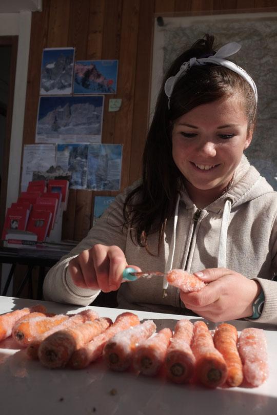 """Les carottes givrées du Promontoire, """"ça fait froid aux doigts"""" mais ça n'a pas l'air de déranger Leïla (notre fille de 12 ans). La soupe sera bonne !"""