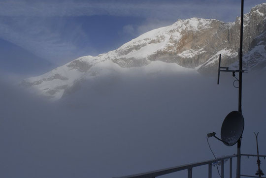 8h30 ce matin, le sommet Est du Rateau au dessus du brouillard