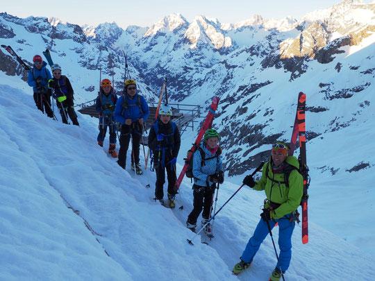 7h ce matin, nos cinq jeunes sont prêts pour s'engager en versant Nord : un magnifique Tour de la Meije par le couloir du Serret du Savon  ! A midi ils seront arrivés au refuge de l'Aigle ; Bravo.