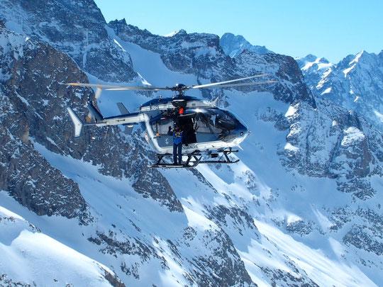 Pour notre première journée  par là haut, l'hélico des secours de Briançon (Pghm) est venu en exercice sur la DZ du Promontoire. Coucou à vous! (Merci à Sylvaine Robin pour la photo).