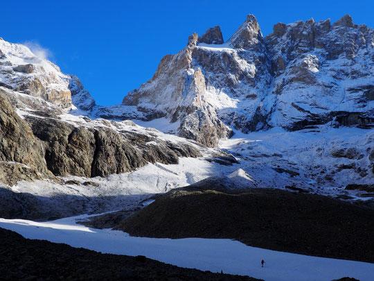 """En 3 journées et malgré la présence de broullard pendant un jour et demi, la Meije a bien séché. Juste 72h après cette photo """"ambiance bien neigeuse"""" près de dix cordées grimpent aujourd'hui la Meije !"""