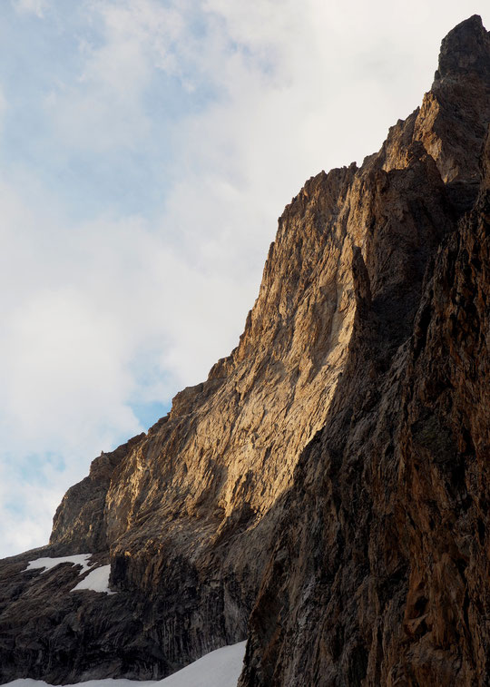 """Hier soir depuis le refuge : la Meije, sa """"petite"""" facette sud ouest sous le Petit Doigt du Glacier Carré.  450 m d'escalade ambiance haute montagne avec de nombreux itinéraires très esthétiques.  Superbe !"""