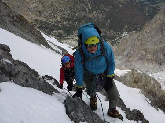 Les jeunes alpinistes sont de plus en plus actifs et nombreux en Meije. Ici, dimanche dernier,  la cordée de Zelie et Lara en traversée  sous la dent Zsigmondy (2400m au dessus de la Romanche...). Photo Emmanuel Crépeau, guide. Merci.