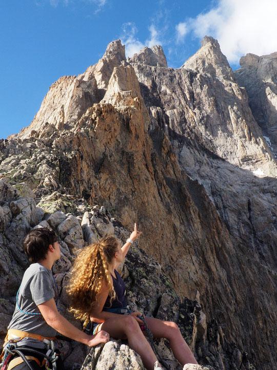 Hier, avec les derniers rayons de soleil,  Yoska (notre fils de 13 ans) et Camille sa cousine sont montés sur l'arête au-dessus du refuge pour observer de plus près  la majestueuse la face sud de la Meije. De chouettes moments !
