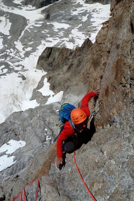 """Dans """"Mitchka"""" entre 3 et 4000m en face Sud de la Meije. En bas on distingue difficilement au bout de l'arête du Promontoire, le toit du refuge, tout juste minuscule !"""