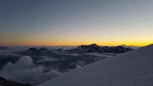 Depuis la brèche de la Meije (3357m) lever de soleil sur les Alpes du nord et le Mont Blanc. Photo Allan Metailler. Merci !