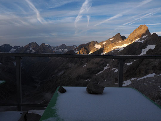 7h15 : de la poudreuse sur la table du petit déjeuner ! (bon, c'est vrai, juste un tout petit peu).  Enfin, une belle matinée un peu fraîche (moins 1,6°) en haute altitude !
