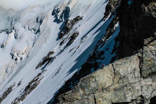 Vue sur la Brèche Zigmondy depuis le sommet du Grand Pic. Un passage caractéristique de la Traversée des Arêtes, à 3900m d'altitude à cheval entre l'Isère et les Hautes-Alpes. Photo Barbara Satre.