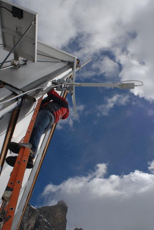 Recherche du satellite, au pied du Grand Pic de la Meije.