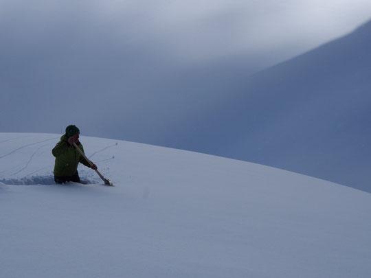 Univers de neige infinie...  A cet endroit (sur la trace à coté du refuge) je ne m'enfonce que dans la couche tombée depuis 48h.