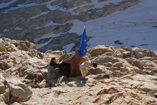 """Ils ont fait une terrasse, ramassé des cailloux, des manches à balais, des vieilles couvertures et un... drapeau Européen. Sans doute le premier tipi """"multiculturel"""" du Promontoire..."""