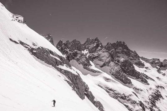 Nous redescendons, mais le Promontoire reste là haut.... (photo guide  La Grave).