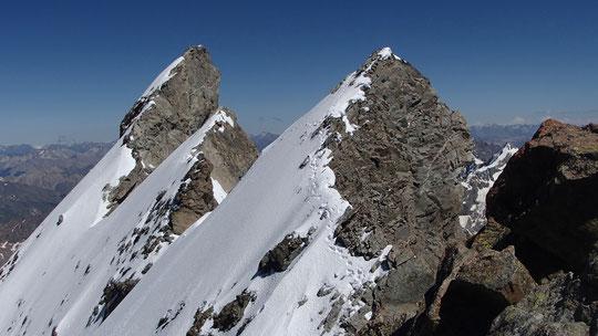 Merci à Robin et Maryse pour cet aperçu des Arêtes de la Meije, ce 24 juin encore bien en neige (vue sur la 3ème et 4ème dent ainsi que le Doigt de Dieu ). Agrandissez la photo, juste pour mieux ressentir, un peu, l'ambiance par là haut...