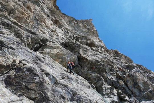 Une cordée jeunes grimpe là où il y a 101 ans, la cordée Mayer Dibona avait trouvé le cheminement pour réaliser la première de la face Sud, avec une sortie sur la 3ème dent, tout là haut sur les arêtes de la Meije. Photo Stéphane Benoist.