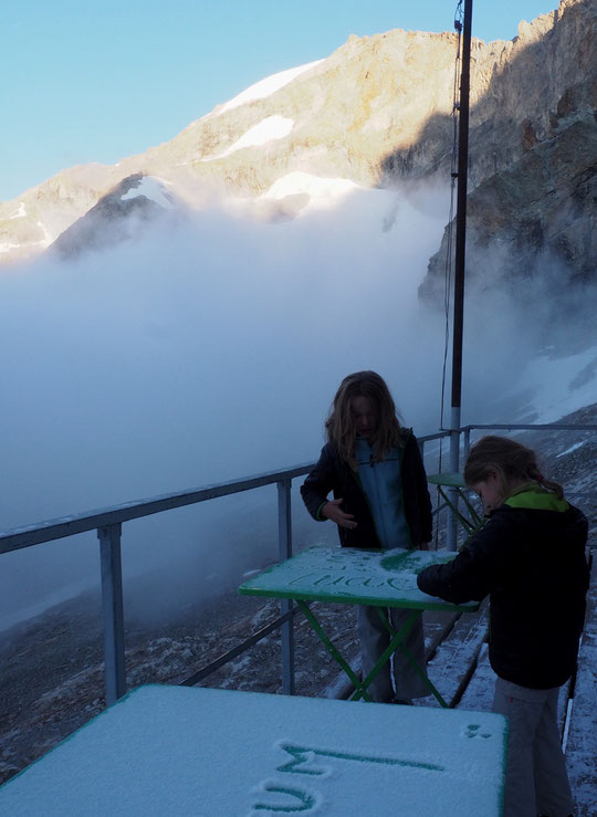 Ce matin par moins 1°, deux jeunes randonneuses tracent la neige.  Elles vont redescendre avec leurs parents. Lundi c'est la rentrée dans l'autre monde ! Lucie en CP et  Emma en CE2.