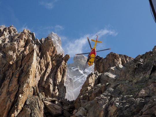 """L'Hélico de la Sécurité Civile de Grenoble, hier lors du survol d'inspection de la """"bosse"""" au dessus du refuge. Merci à vous."""