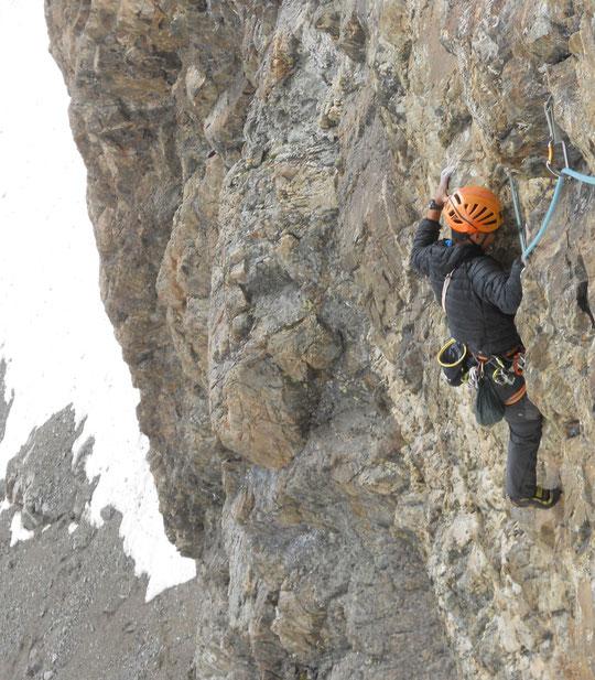 """Jeudi après midi, vers 3800m au dessus du Glacier Carré, la cordée jeune est engagée dans une des longueurs dures de """"Mitchka"""". Merci  Guillaume Courias pour la photo."""