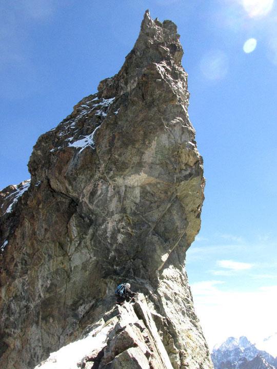 Sur la Traversée de la Meije, vers 3900m, une cordée arrive au pied de la dent Zsigmondy.  Ambiance aérienne  garantie ! Merci à la cordée Vince 73 pour cette photo.