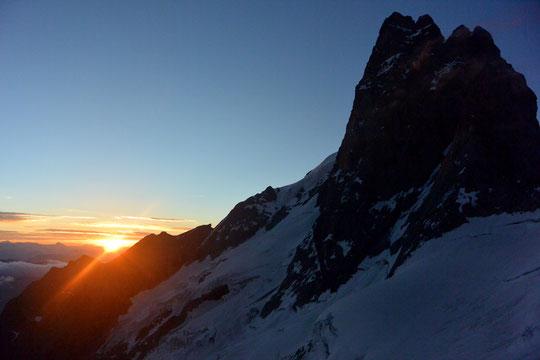 Hier matin, sur le glacier en montant, depuis le Promontoire, vers l'Arête Nord-est du Râteau. Le soleil à l'horizon distille ses premiers rayons de couleurs, sous le regard de l'imposante face Nord de la Meije. Des moments de rêve... Photo Pauline.