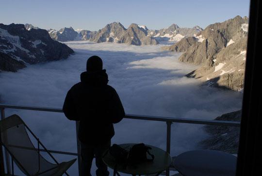 """Ce matin vers 7h, un jeune grimpeur Belge savoure un réveil inhabituel... et il ira, tout à l'heure, grimper au soleil """"l'Arête de la Convention""""."""
