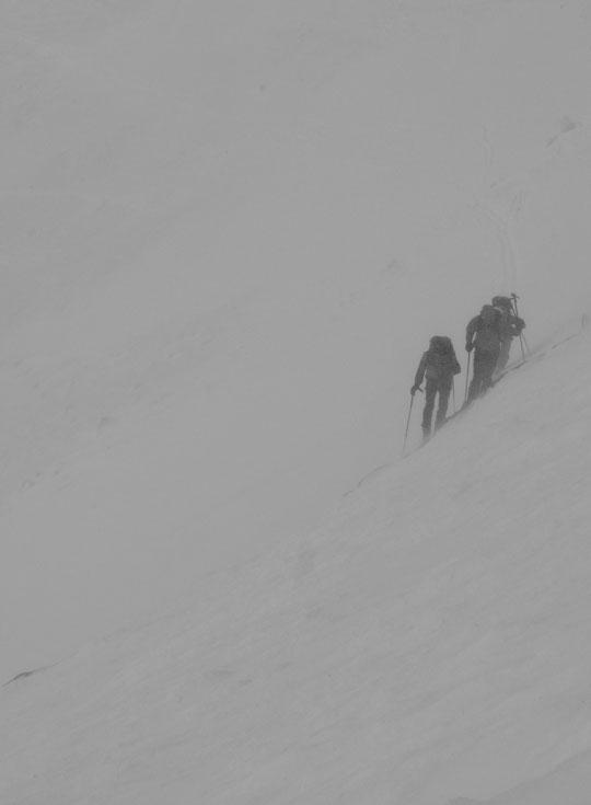 C'était une demie heure avant la photo précédente, vers 16h30 : après des heures de montée dans le brouillard, la pluie, la neige et un vent tempétueux... les skieurs arrivent enfin au refuge !