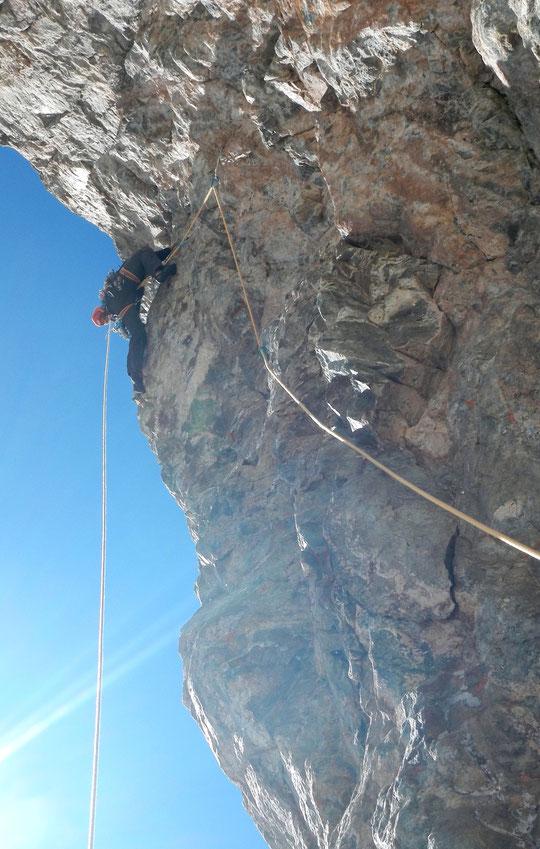 """Face Sud du Grand Pic de la Meije hier: la cordée engagée dans """"Mitchka"""" est dans une des longueurs en 7a. La corde de gauche qui supporte le sac de hissage permet de mesurer l'inclinaison de la paroi... (à plus de 3800m)  ! Photo Mathieu Perrussel. Merci"""