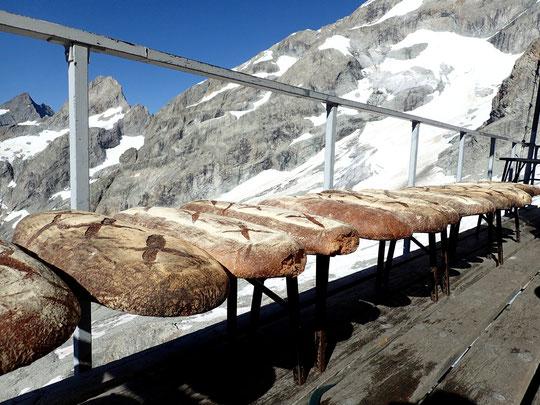 Après l'héliportage de jeudi, nos 60kg de pain intégral bio ont été exposés plusieurs heures au soleil sur la terrasse du refuge, pour une meilleure conservation (environ 4 semaines par ici).