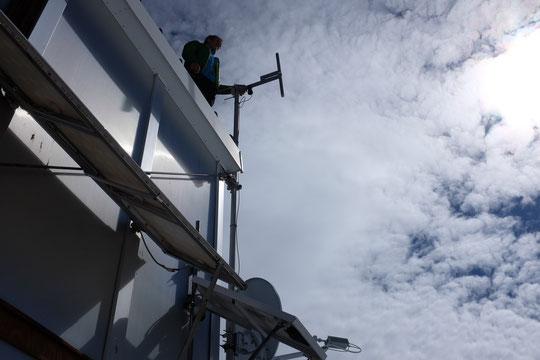 Le refuge de haute montagne comme un navire en pleine mer... ? En haut, l'antenne radio secours, en bas : la parabole satelitte, le petit panneau solaire pour les liaisons par téléphone radio et des panneaux pour l'énergie.