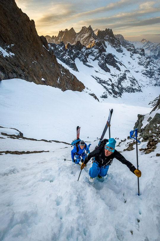 """Un grand merci à Alexande Buisse Photographe pour  cette vue des skieurs du tour de la Meije au passage de la brèche de la Meije (3365m) au dessus du refuge du Promontoire (""""en bas"""" au milieu de la photo). Au fond la Grande Ruine et les Ecrins."""