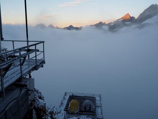 7h ce matin à 3100m, réveil dans la fraîcheur au Promontoire, mais le soleil arrive au dessus d'une vraie mer de nuages. La journée s'annonce belle en Oisans.