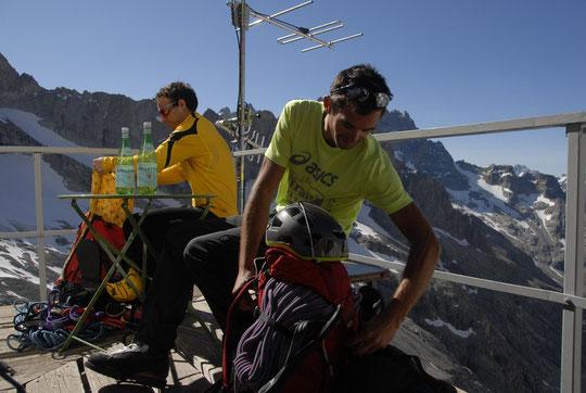 Derniers préparatifs hier matin avant de partir bivouquer parmi les étoiles au sommet du Grand Pic de la Meije. Bon voyage de rêve...
