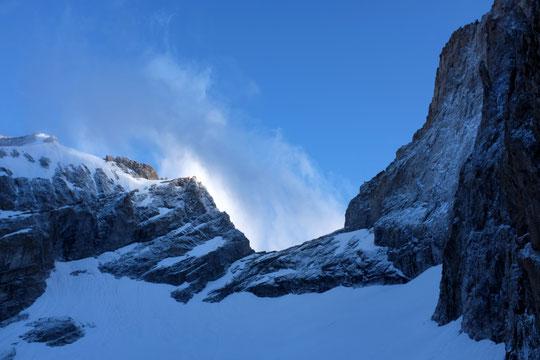Ce matin, c'est un peu le petit hiver par ici... Le vent du nord qui se lève, la neige de la nuit qui a bien saupoudré les parois. On ne s'attendait pas vraiment à cela pour le 14 juillet !