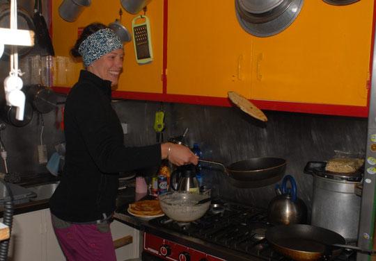 Soirée crêpes inter-refuge (la gardienne de l'Aigle/le gardien du Promontoire). C'était hier soir au Promontoire, Laura (la gardienne de l'Aigle) se perfectionne au jeté de crêpes bretonnes...