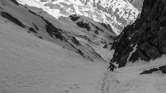 Weekend du 8 mai : Tour de la Meije entre le refuge du Promontoire et le refuge de l'Aigle une cordée remonte le Couloir du Serret du Savon (vers 3400m). Belle ambiance haute montagne ! Merci à Robin Bonnet pour la photo.