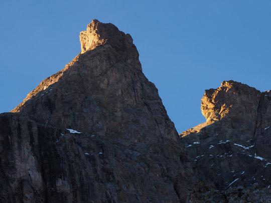 Tout là-haut à près de 4000m, le sommet du Grand Pic de la Meije la brèche et la Dent Zsigmondy avec les derniers rayons de soleil et avant les étoiles...
