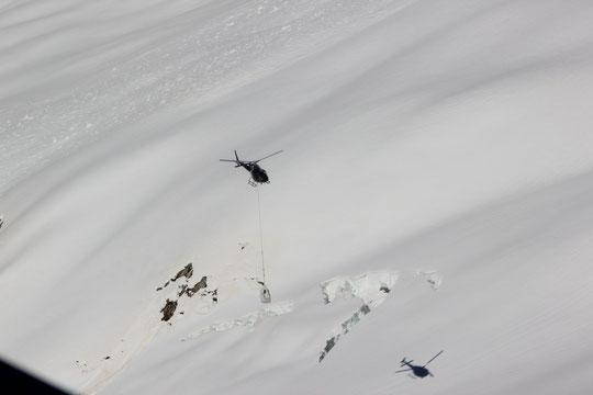 C'était jeudi dernier, lors de l'héliportage, on voit bien de belles reptations à coté de l'ombre de l'hélico. (Photo Auxana) Un petit clic pour l'agrandir...