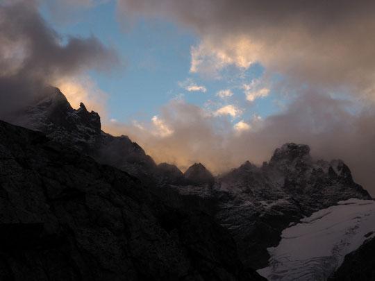 Ce matin vers 7h, à gauche le gendarme crochu en aval de la Meije Orientale et le sommet du Pavé (3823m) au-dessus du  Col du même nom. Avec un peu de neige fraîche au-delà de 3500m.