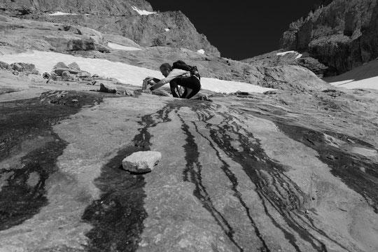 """Non on ne fait pas de chateaux de sable, mais des """"chateaux de cailloux"""" sur l'itinéraire de montée au refuge qui tardivement se dégage de son manteau neigeux. C'était hier l'opération """"cairnage"""" par les gardiens."""