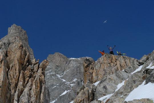 Hier : le sommet de la Meije, la dent Zsigmondy, un planeur vers les 4000m et... des jeunes haut alpins qui se croient en été et sont montés... juste au dessus du refuge ! (cliquer pour voir la tête de ces fous dingues... bien sympas)