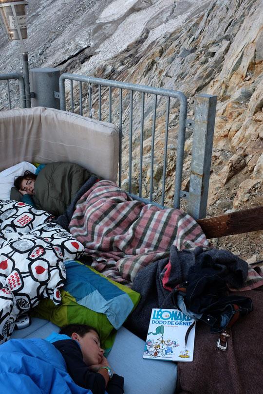 """A cette heure les enfants dorment encore profondément sur la terrasse du refuge, à 3100m. Hier soir Yoska avait lû sa BD, bien tardivement avec la lumière de sa frontale, """"DODO de Génie""""..."""